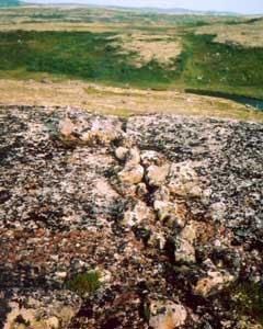 Трещины в скале, плотно закрытые камнями. Фото В.Мизина.