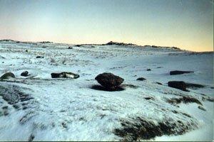 Сейд, под которым отсутствует снежный покров(хотя рядом все камни занесены снегом).Фото В.Трошина