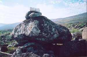 Сейд с шапкой из белых камней. Фото В.Мизина.